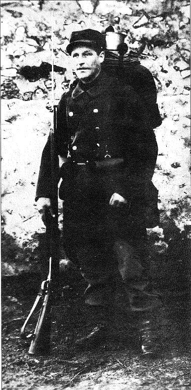 Le préposé Gaston BOURGEOIS mobilisé de 1914 à 1919 en tenue de campagne armé du fusil Lebel.
